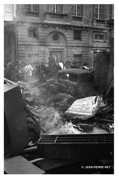 Voiture incendiée rue des Saints Pères