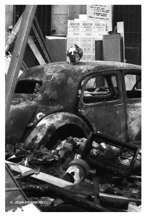 Voiture incendiée devant la faculté de médecine à Paris