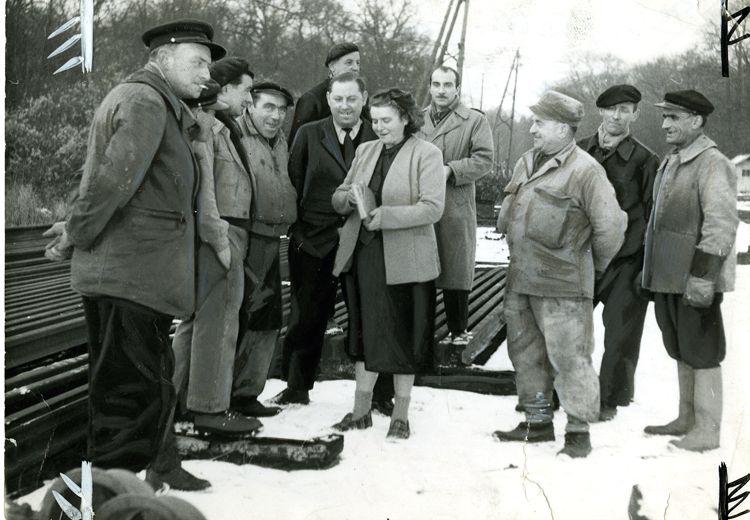 Suzanne Bureau fait signer une pétition, les pieds dans la neige, 12 janvier 1954