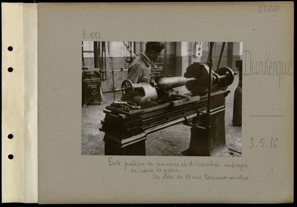 « Un élève de 14 ans tournant un obus », mai 1916