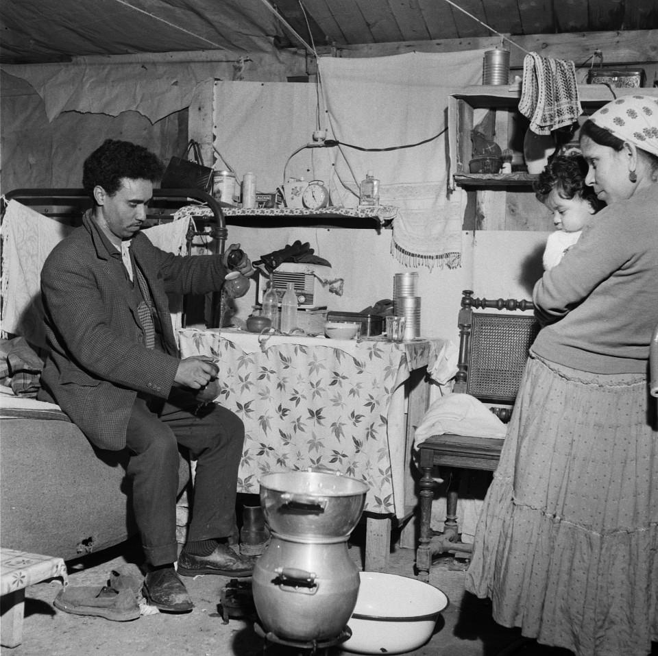 A l'intérieur du bidonville de Nanterre. Photographie de Jean Pottier, années 1960